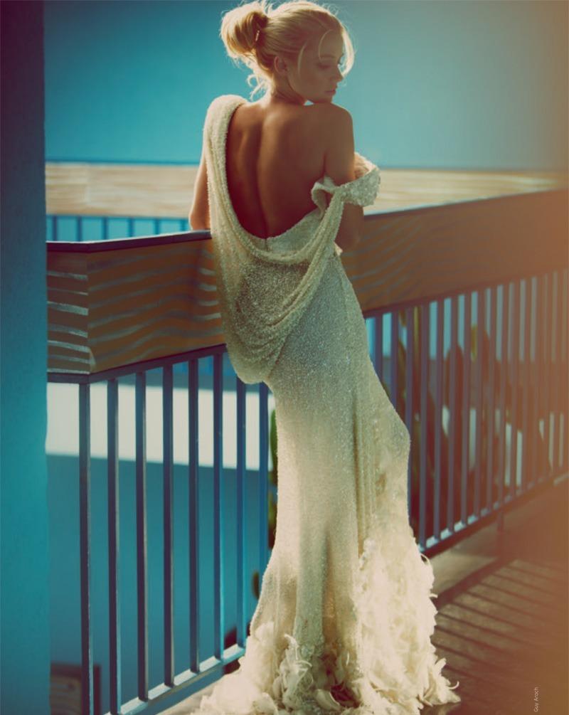 Фото блондинки в красивых платьях со спины