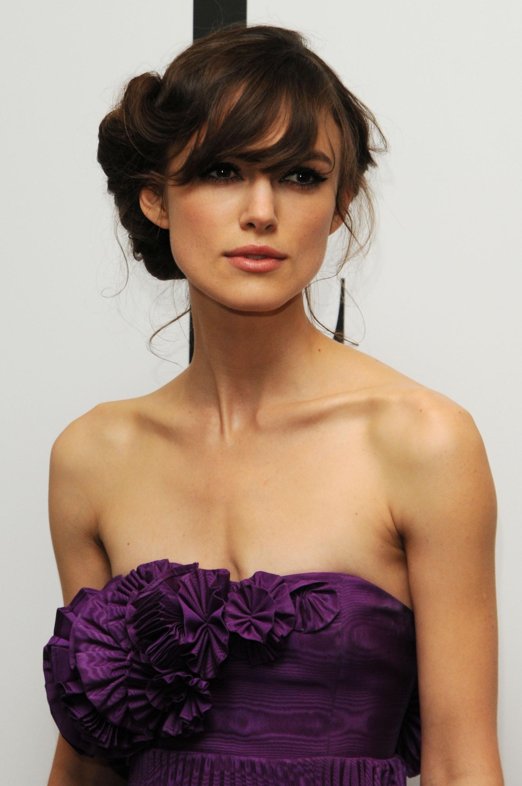 Прическа на средние волосы к платью с открытыми плечами