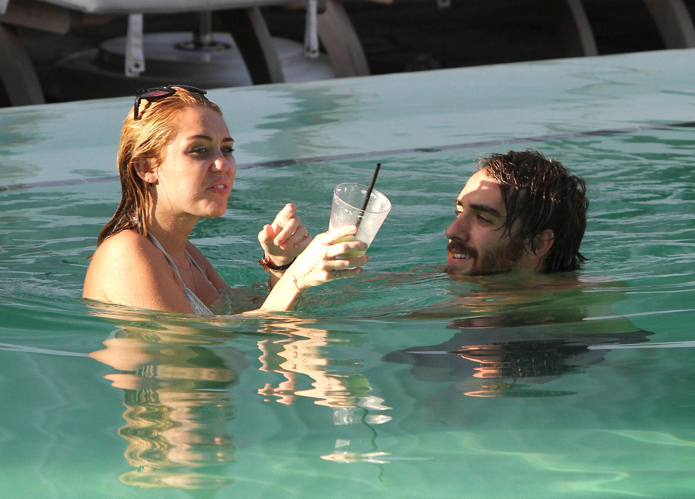 С другом мужа в бассейне 11 фотография