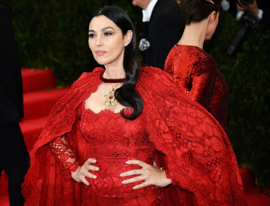 赤いドレスのモニカベルッチ