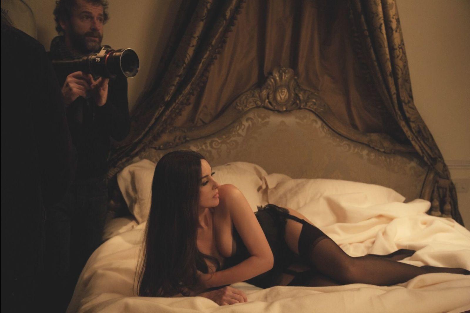 ベッドに横たわるモニカベルッチ