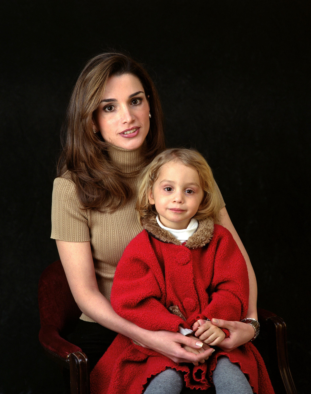фото женщин и ребенка идущих в даль